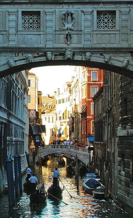 Gondole trecand pe sub puntea suspinelor din venetia