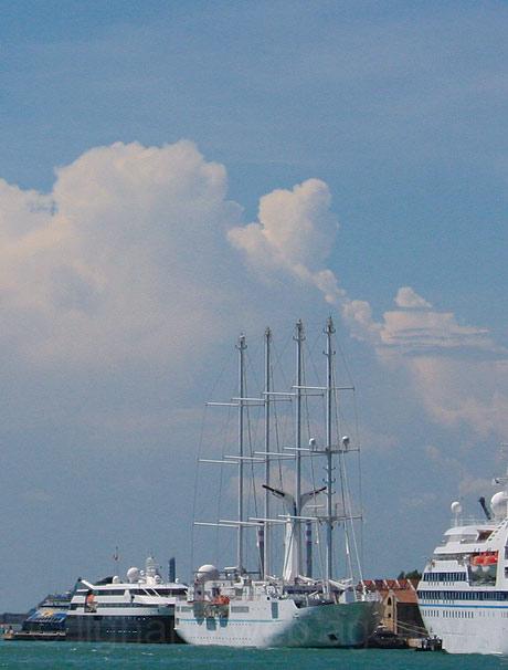Закрепленные кораблей в порту Венеции